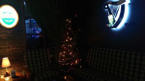 Irish Shamrock Bar & Restaurant: Christmas feel inside.