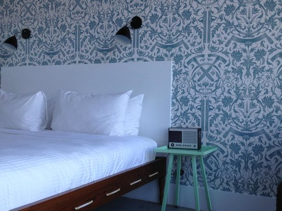 Wythe Hotel: Wallpaper & bed