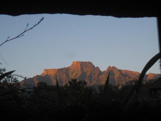 Inkunzi Cave & Zulu Hut: Sunrise view from the kitchen window