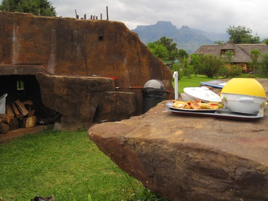 Inkunzi Cave & Zulu Hut: Private braai/barbeque of the Diddley Squat (kettle braai/weber installed in the wall)