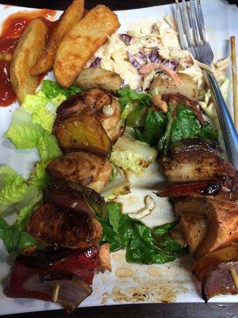 El Fish Market: Brocheta mixta con salmón, dorado, atún, camarones y callo de hacha con papas fritas.