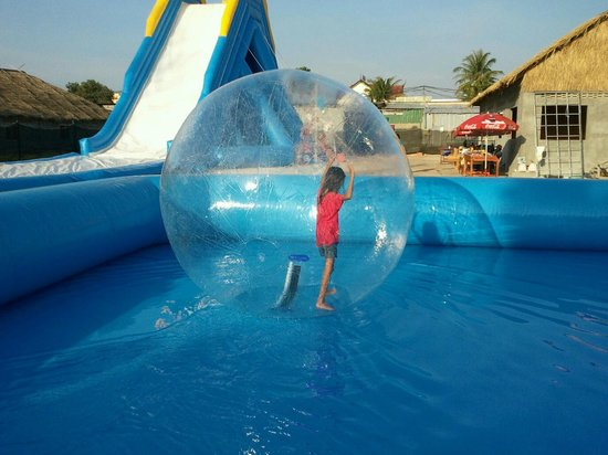 Sihanoukville, Cambodge : large pool and balls with different sizes available