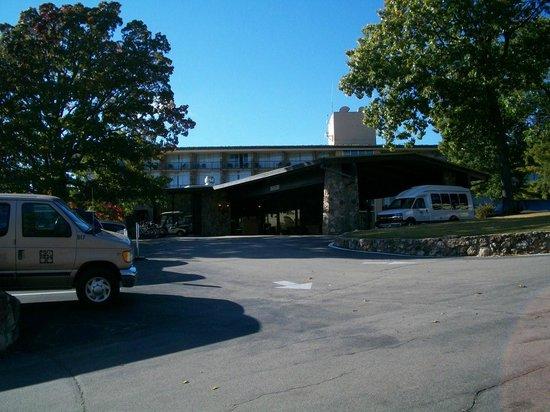 Lodge of  Four Seasons: Lodge of the Four Seasons Lobby Drive