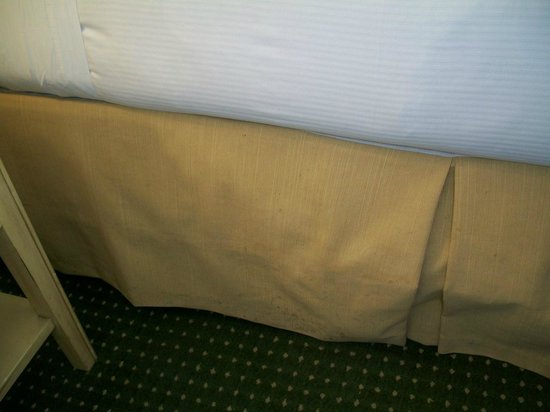 Lodge of  Four Seasons : Stains on the bed ruffles