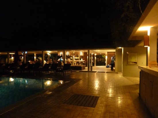 Dewi Sri Hotel : Night time pool area