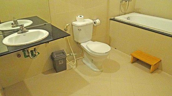 Rising Dragon Hotel: Bath Room