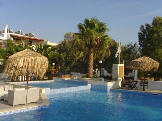 Summerland  Holiday's Resort: Pool and gardesns