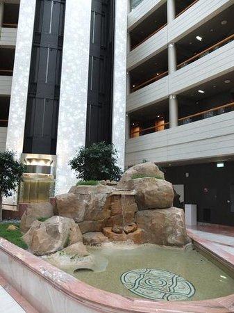 Sofitel Luxembourg Europe: fontaine dans l'atrium