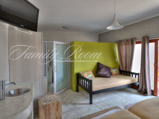 Organic Square Guesthouse: Family room with eaxtra bed for child or bunk bed for two.