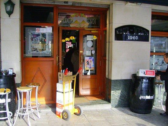 Cafetería Edur Mendi: Entrada al bar.