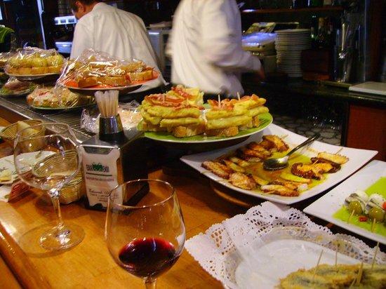 Cafetería Edur Mendi: Los pintxos se renuevan de forma constante.