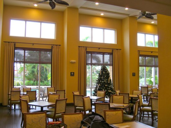 Hampton Inn & Suites Fort Myers - Colonial Blvd : Breakfast area decorated for Christmas!