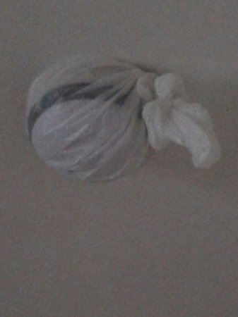 The Glens Hotel: Plastic bag over smoke alarm!!!