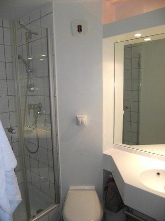 Ibis Budget Metz Sud Augny : SDB avec douche