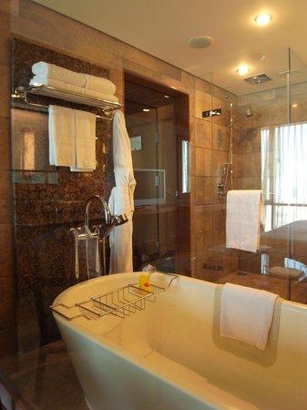 Conrad Bangkok Hotel: bath room