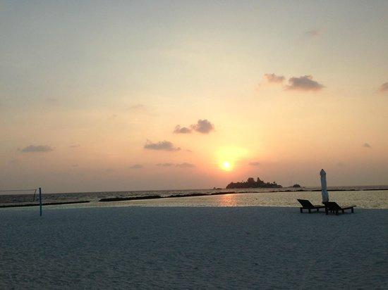 Vakarufalhi Island Resort: amazing sunset