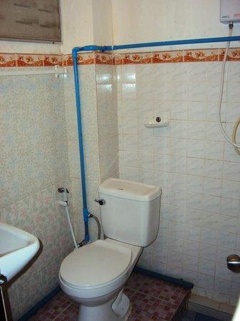 Grandparent's Home : La salle de bain et ses tuyaux dans tous les sens...