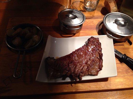 L'etable: Bavette irlandaise sauce roquefort , légumes verts et pomme de terre sautées