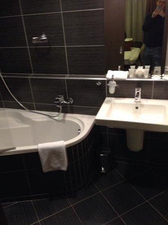 Hotel Regnum Residence : bagno con lavandino e vasca/doccia