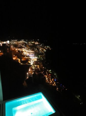 Kastro Suites Santorini: View of Fira from the hotel by night