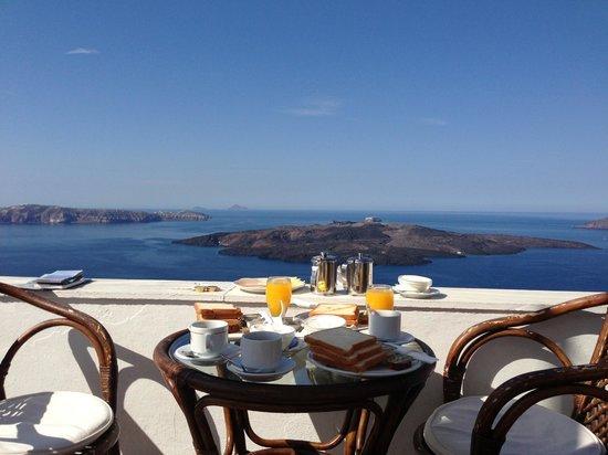 Kastro Suites Santorini: Beautiful private terrace where we eat breakfast