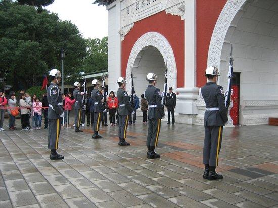 National Revolutionary Martyrs' Shrine: 交代のシーン