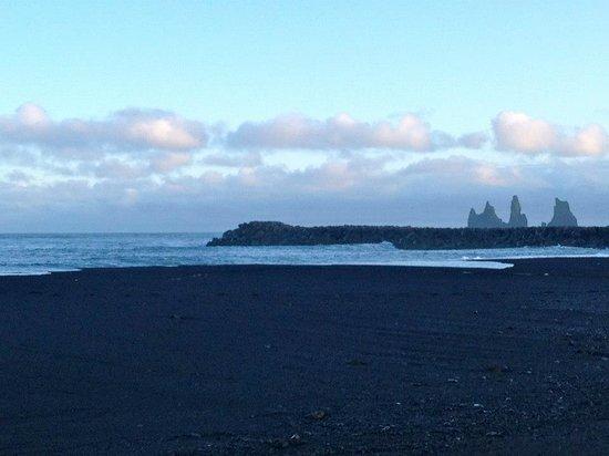 Black Sand Beach: Spiaggia di sabbia lavica e faraglioni