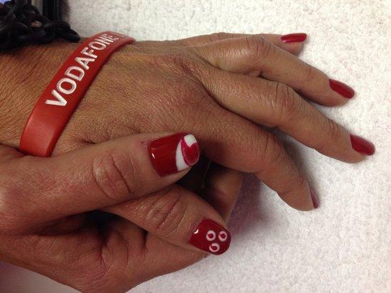 Liberty Style : Nail Art Vodafone in gel.