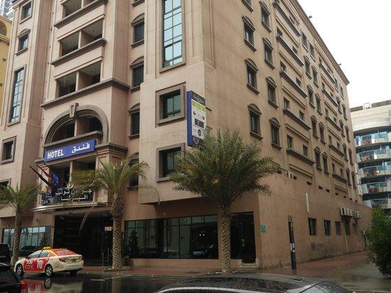 โรงแรมโกเดนทิวลิบอัลบา์ชา: Стелла с указателем на метро под пальмой в центре фото.