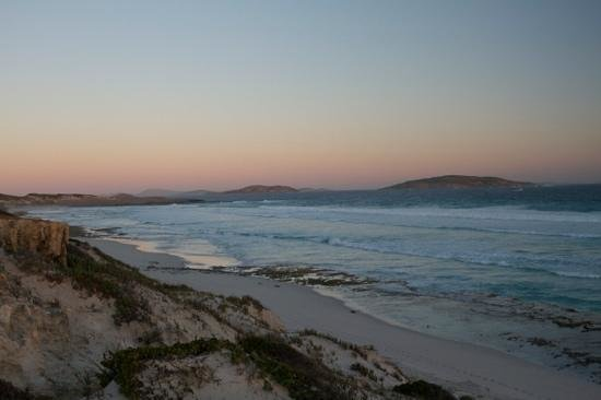 Esperance Seafront Caravan Park : View from Fourth Beach looking back to Salmon Beach, Twilight Beach to the right.