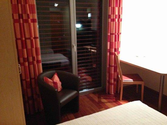 Das smarte Hotel garni: Wohnbereich, gut zu verdunkelndes Fenster