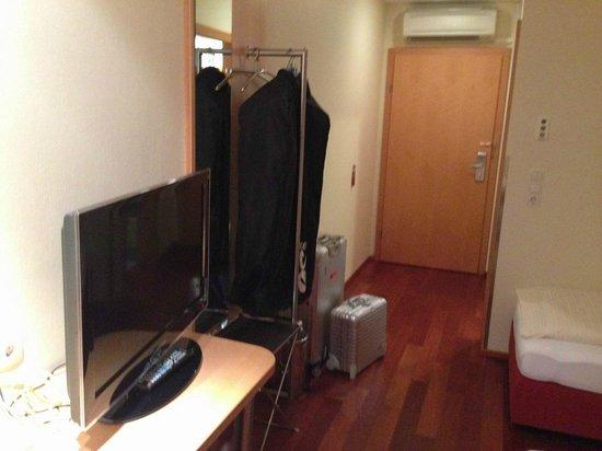 Das smarte Hotel garni: Eingangsbereich mit TV