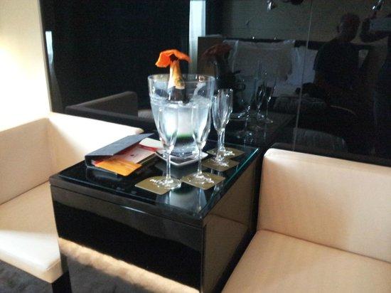 9HOTEL MERCY: Welcome Sekt