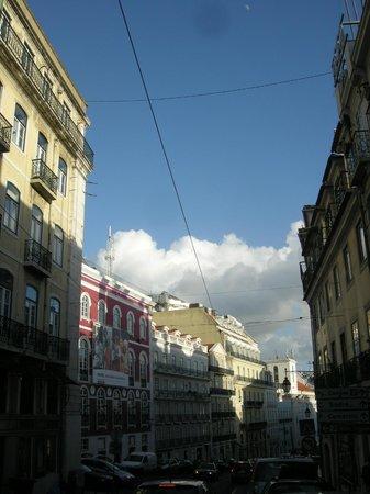 9HOTEL MERCY: Strasse vor Hotel