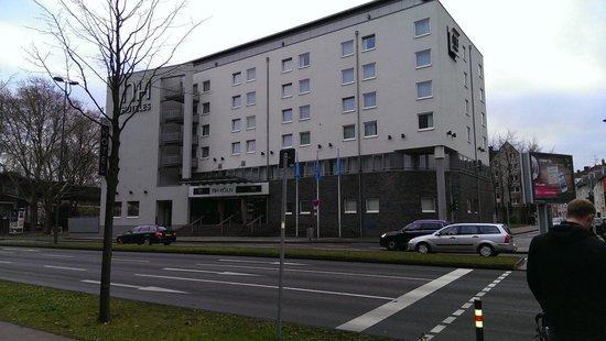 NH Köln Altstadt : Open omgeving aan de Rijn en een drukke weg maar super stil in de kamers