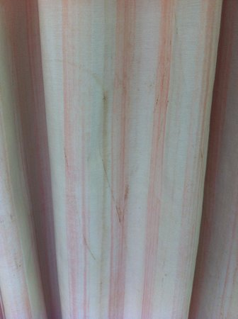Sokha Beach Resort: Dirty curtains