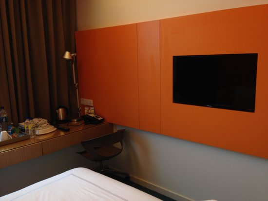 Days Hotel Singapore At Zhongshan Park: TV set inside room
