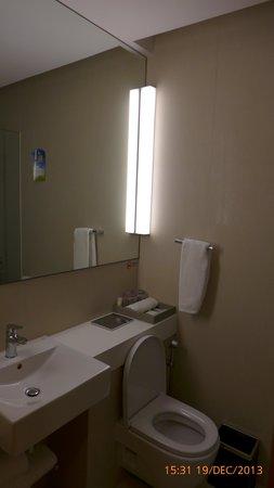 Days Hotel Singapore At Zhongshan Park: Toilet