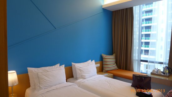 Days Hotel Singapore At Zhongshan Park: bed with the view