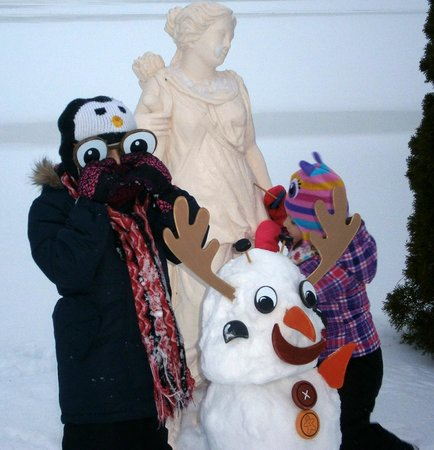 Chateau Vaudreuil: Making snowmen by the lake