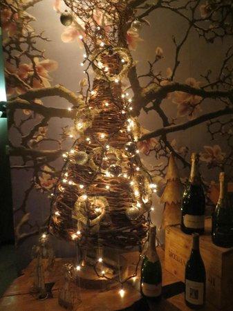 Magnolia: Árbol navideño armado en el ingreso del restaurante