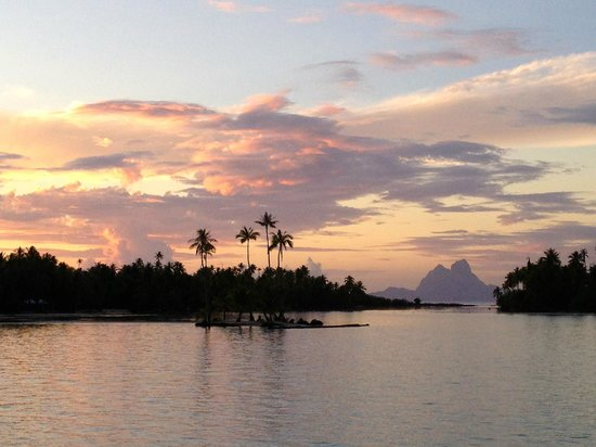 Le Taha'a Island Resort & Spa : View from the Deck to Bora Bora