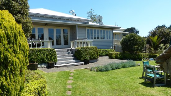 Waipoua Lodge: The main house and garden