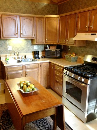 Sheriff Sartwell Mansion: Sartwell Suite C Kitchen & Dining area