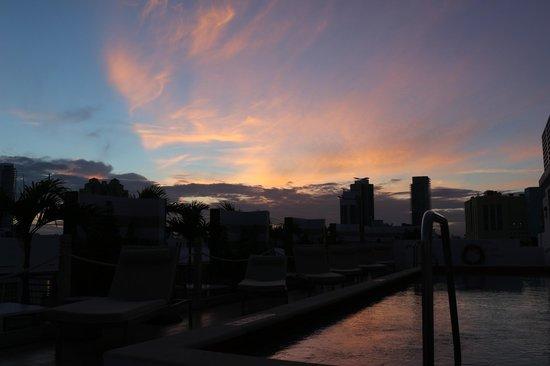 Sense Beach House : Sonnenuntergang vom Pooldach