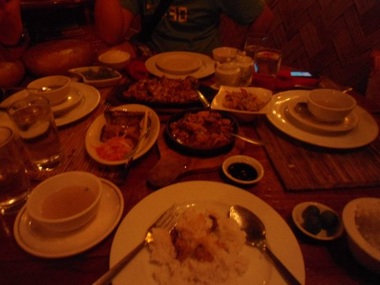 Kalui Restaurant: The table is a bit small for all our orders.