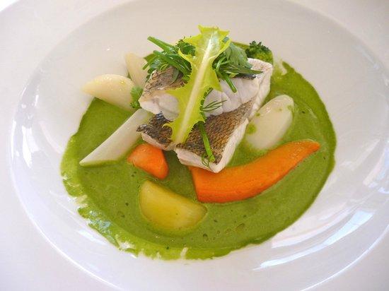 Le Vistamar : nage de sandre liée d'une purée de persil plat, légumes racines