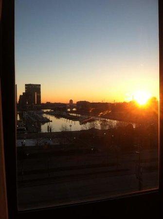 Royal Sonesta Harbor Court Baltimore: Sunrise, harbor view room