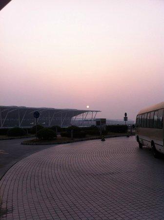 Dazhong Airport Hotel : Vistas desde la entrada del hotel