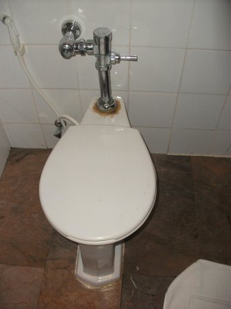 Royal Phuket City Hotel: Toilet with grime